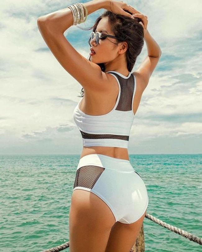 Gái xinh mặc bikini đi tắm biển cực quyến rũ