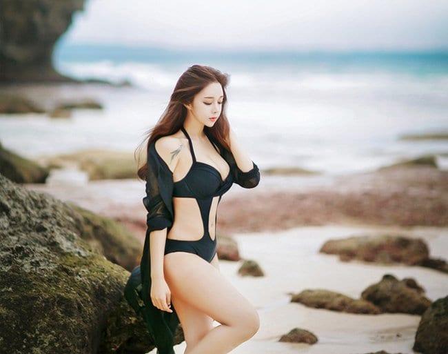 Gái xinh mặc bikini đi tắm biển